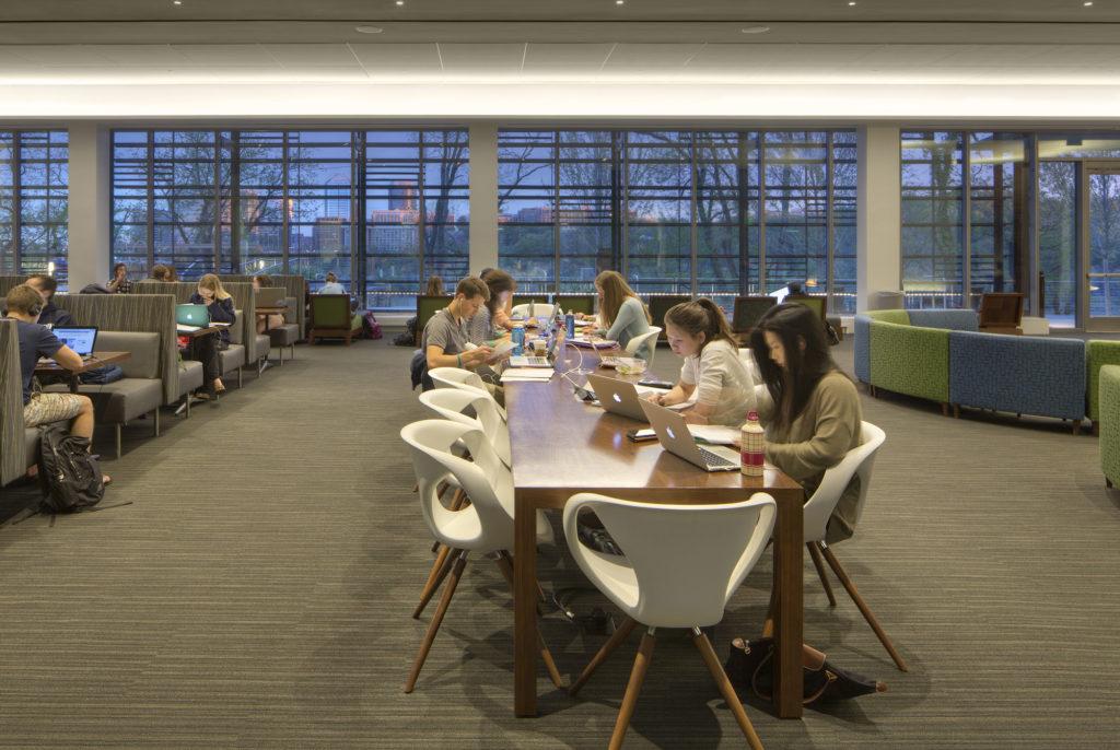 دانش آموزان جمع شده دور یک میز