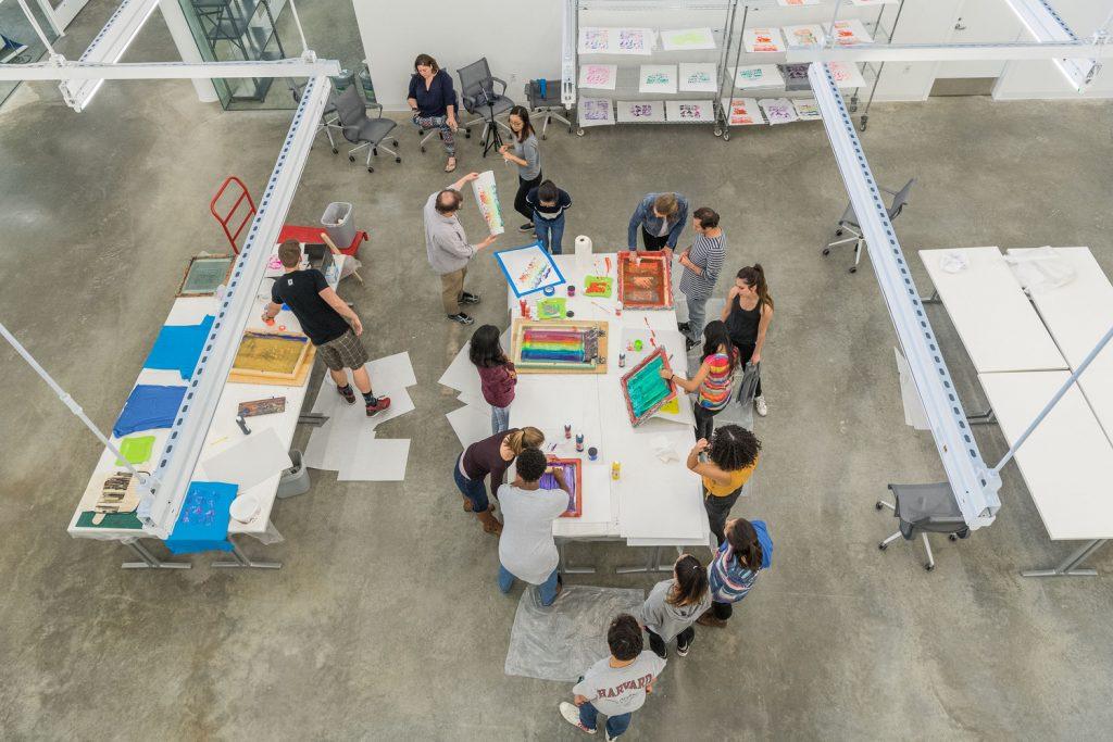 نگاه رو به پایین به یک استودیو سازنده در مرکز هنر